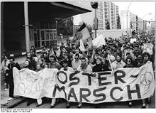 220px-Bundesarchiv_Bild_183-1990-0415-010,_Berlin,_Ostermarsch,_Heinrich-Heine-Straße